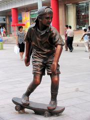 内蒙古,包头市,包头商业步行街,少年滑板雕塑。
