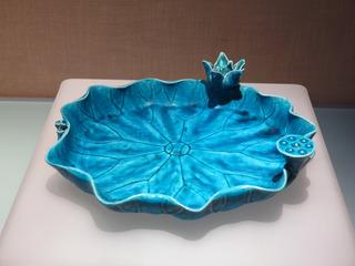 孔雀绿釉荷叶式洗瓷器,清朝康熙年间,北京首都博物馆文物展。