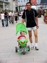 内蒙古,包头市,包头商业步行街,推童车的人。