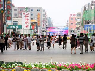 内蒙古,包头市,包头商业步行街,熙熙攘攘的消费者。