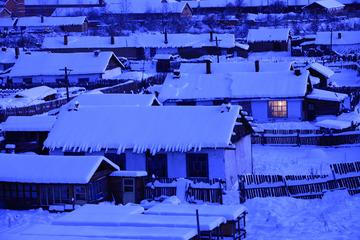 内蒙古大兴安岭北麓的雪乡人家,夜幕降临,山里人家点燃电灯,表现了一片宁静和祥和。002 -