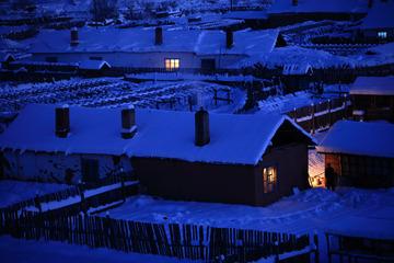 内蒙古大兴安岭北麓的雪乡人家,夜幕降临,山里人家点燃电灯,表现了一片宁静和祥和。001  -