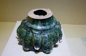 琉璃莲瓣饰腰鼓形器座,2001年西夏陵区3号陵出土,西夏,宁夏银川西夏博物馆文物。