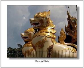 door of shwedagon pagoda