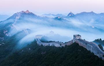 雾漫金山岭