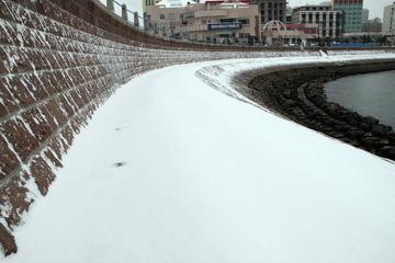 积雪覆盖了防波堤的石阶