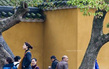 寺庙墙外的信徒和香客