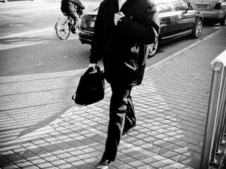 骑车的人 汽车 和走路的人