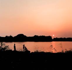 夕阳下的一家人