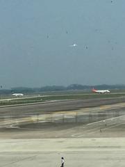 隔玻璃拍飞机起飞中