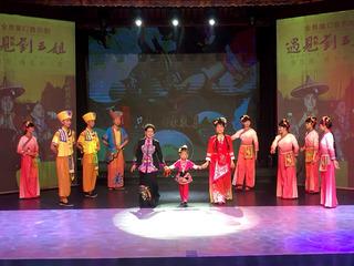 当年演刘三姐演员黄婉秋携女和外孙女三代同台演出